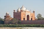 Eine der beiden Moscheen, die das Taj Mahal flankieren, Agra