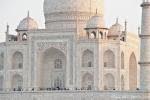 Das Taj Mahal wird von der untergehenden Sonne beleuchtet - Agra