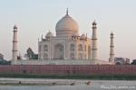 Das Taj Mahal vom anderen Ufer des Yamuna-Flusses