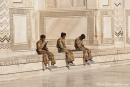 Gut bewacht  - aber ohne Schuhüberzieher dürfen auch die Wachen das Taj Mahal nicht betreten