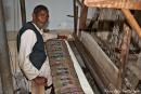 Seidenweber an einem alten Webstuhl - Varanasi