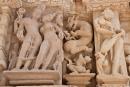 Filigrane Tempelfiguren - Tänzerin, die sich einen Dorn aus ihrem Fuß entfernt - Khajuraho