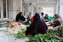 Gemüse putzen für die Tempelküche, Gurudwara Bangla Sahib, Delhi