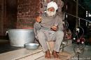Löffelausgabe vor dem Betreten der Garküche, die zum Tempelkomplex gehört - Goldener Tempel, Amritsar