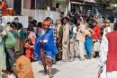 Bettler stehen für ein Mittagessen an - Rishikesh