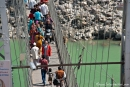 Eng geht es zu auf der Lakshman Jhula-Hängebrücke, Rishikesh
