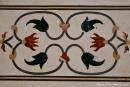 Pietra dura-Arbeiten mit Halbedelsteinen verzieren die weiße Marmorfassade des Taj Mahal - Agra