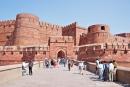 Dicke Festungsmauern umgeben das Red Fort - Agra