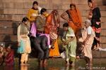 Braut und Bräutigam bekommen mit Gangeswasser ihre Segnung