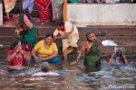 Ein Bad im Ganges befreit von Sünden - Varanasi