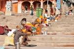 Sadhus und Bettler am Ghat - Varanasi