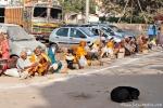 Noch eine Reihe Bettler und Sadhus - Varanasi