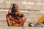 Haarekämmen nach dem Bad im Ganges
