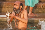 Nimmt es ernst mit der Andacht - Pilger in Varanasi