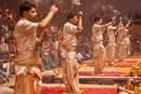 Sieben Priester feiern die Gangesverehrung Ganga-aarti - Varanasi