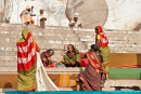 Auf den Treppen werden die Saris zum Trocknen ausgelegt - Varanasi
