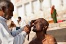 Heilige Rasur eines Hindus - Varanasi